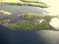 Bevardis ežeriukas esantis saloje